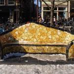 geel Gaudi-bankje Nieuwmarkt
